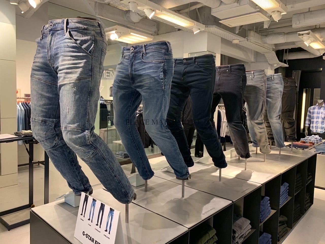 カッコいいデザインのジーンズがズラッと並ぶ